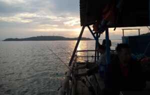 Para pemancing pengguna jasa rakit di Piayu Laut