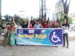 FKKDK Tanjungpinang dan SMSI Kepri berbagi takjil di kawasan Bintan Center, Tanjungpinang, Selasa (28/5/19).