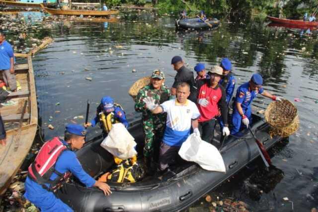 Personel Polda Kepri dan instansi terkait membersihkan sampah di aliran sungai Bengkong Lait, Juay (21/2/20).