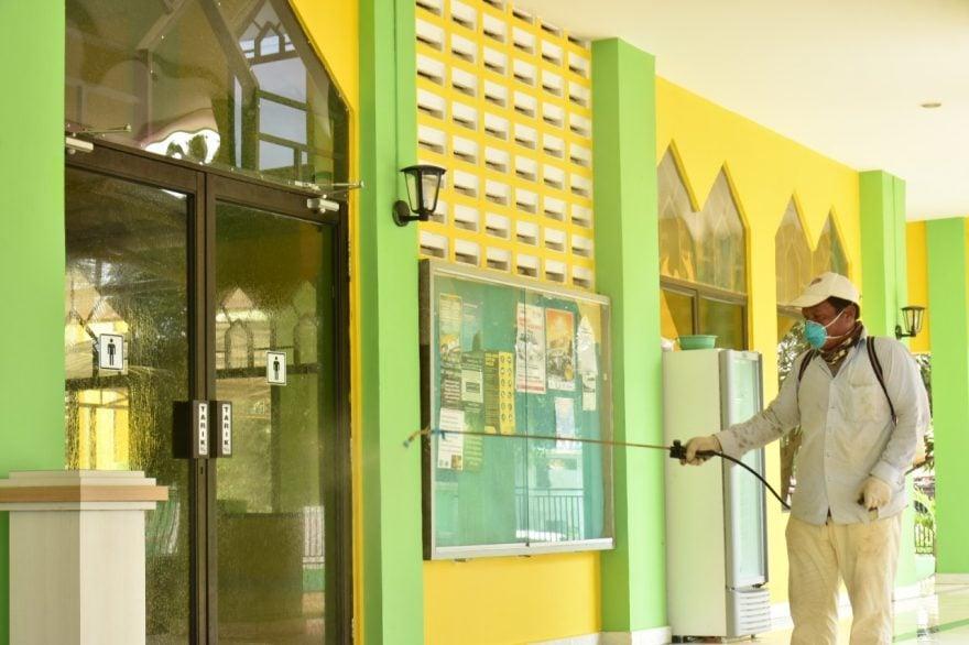 Masjid Polda Kepri Disemprot Disinfektan