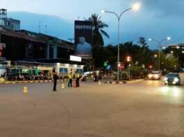 Polisi menutup jalan protokol di kawasan Nagoya Batam untuk mencegah penyebaran virus corona, baru-baru ini. (F: Barakata.id/IST)