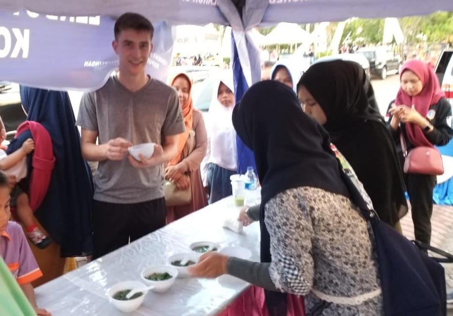 Turis asing ikut mencicipi makanan khas Melayu Lendot