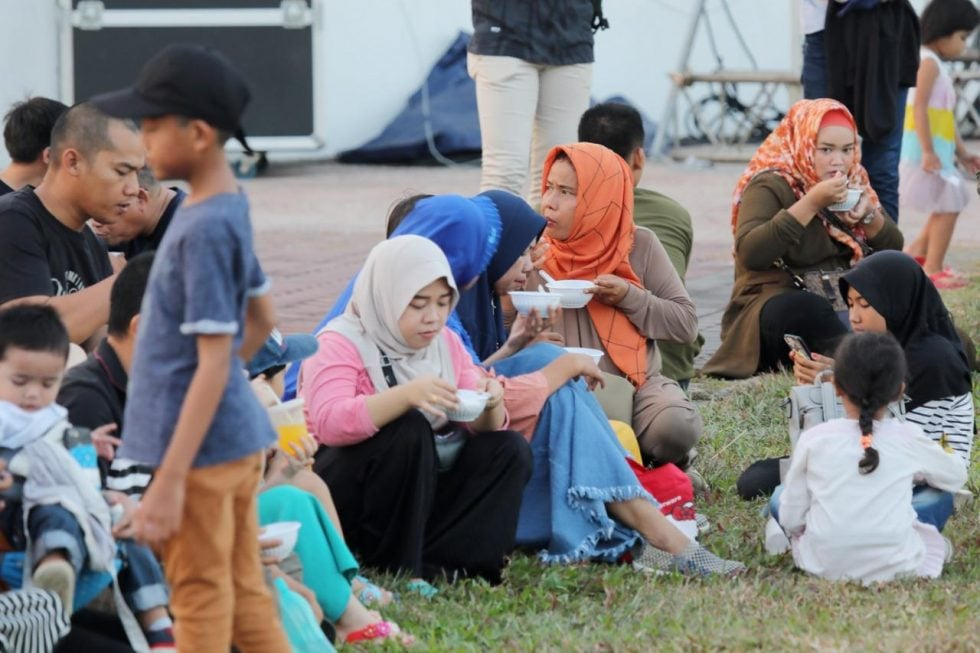 Warga Batam dari berbagai kalangan dan usia menikmati makanan khas Melayu Lendot