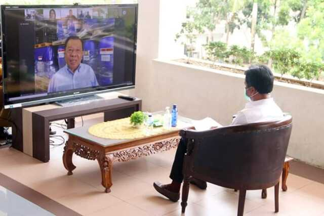 Teleconference antara Wali Kota Batam, Muhammad Rudi dengan Dubes RI untuk Singapura, HE Ngurah Swajaya di koridor gedung Pemko Batam, Selasa (7/4/20). (F: Barakata.id/Istimewa)