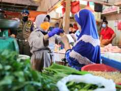 Plt Wali Kota Tanjungpinang mengecek harga barang di pasar menjelang Hari Raya