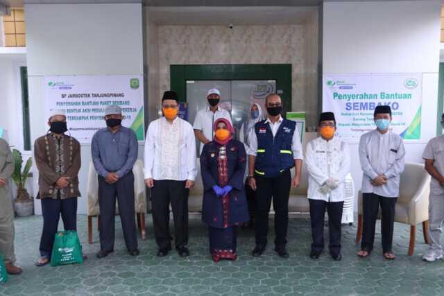 BPJS Ketenagakerjaan Serahkan 160 Paket Sembako