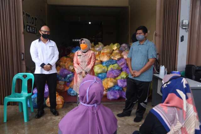 Rahma Serahkan Sembako Gratis Tahap 2 di Sungai Jang dan Tanjung Ayun Sakti