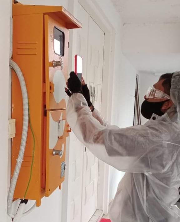 Petugas pencatat meter PLN Batam