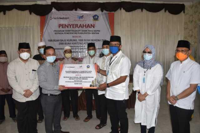 Bupati Serahkan Bantuan Program Kemitraan Bank Riau Kepri kepada imam mesjid.