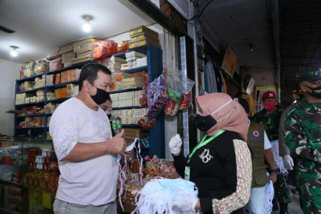 Kembali Meninjau Pasar, Rahma dan FKPD Bagikan Masker dan Beri Imbauan