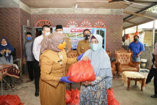 PT. Cosmic Serahkan Paket Sembako untuk Warga RT. 3 Kampung Melayu