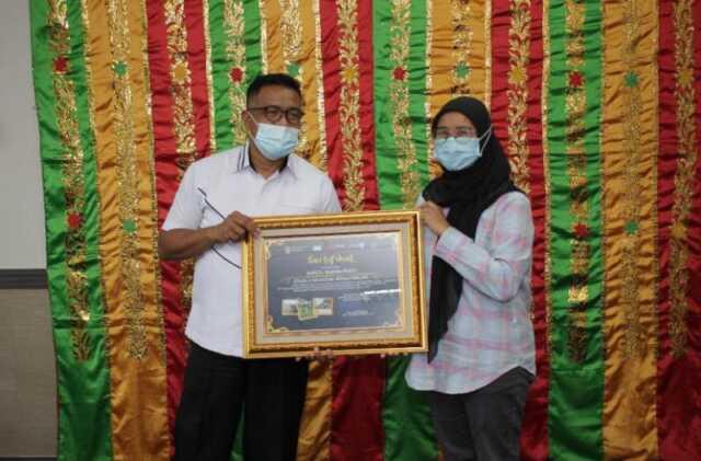 Jurnalis Barakata.id Asrul Rahamwati menerima sertifikat lomba dari Kepala Disbudpar Batam