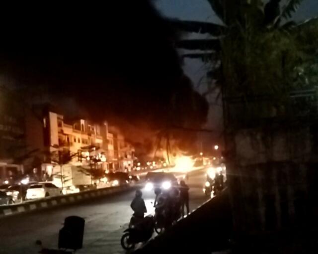 Mobil Toyota Terbakar di Jalan Raya Batam