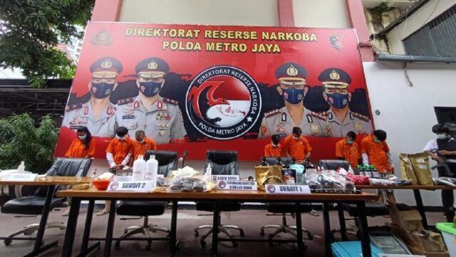 Polda Metro Jaya Berhasil Ungkap Pabrik Ganja Sintetis di Apartemen