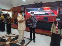 Wali Kota Santoso,menyerahkan paket sembako kepada Non PNS