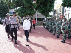 Bupati Asahan, Surya dan Kapolres Asahan memeriksa pasukan dalam apel gelar pasukan Ops Ketupat Toba 2021 di Mapolres Asahan