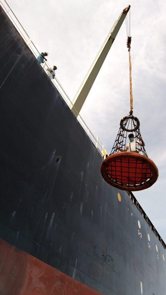 Seorang nakhoda kapal dinaikkan ke dalam kapalnya menggunakan cran