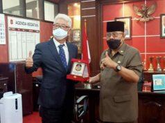 Wali Kota Blitar menyerahankan cinderamata kepada perwakilan asisten konsuler Korsel,