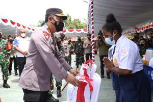 Kapolri Jenderal Listyo Sigit Prabowo menyerahkan bansos