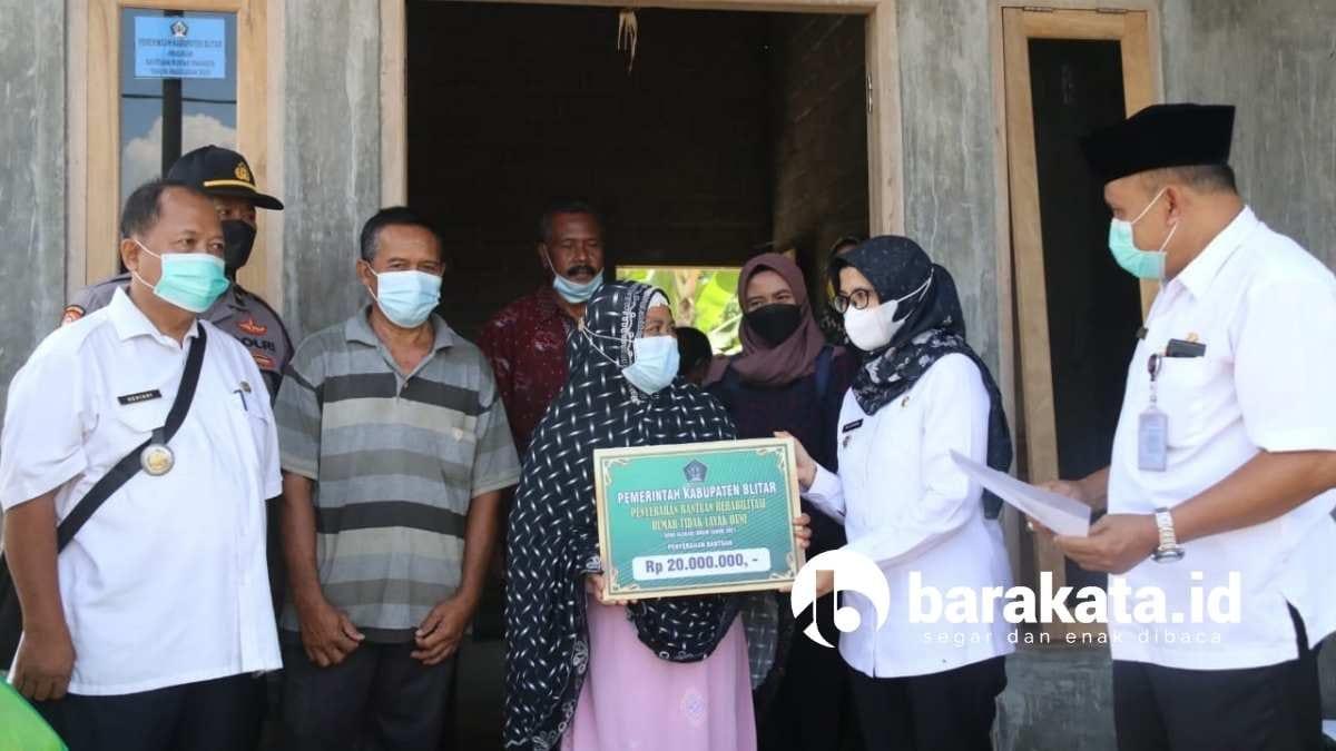Bupati Blitar serahkan bantuan pembangunan rumah