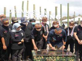 Kemenparekraf Sandiaga Salahuddin Uno menandatangani prasasti